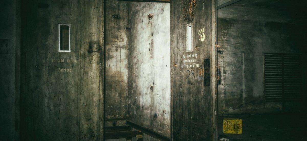 Pohľad na zničené dvere v opustenej budove