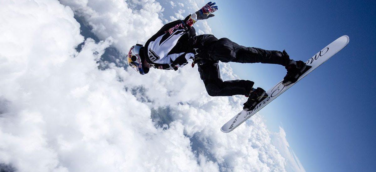Skysurfing v oblakoch