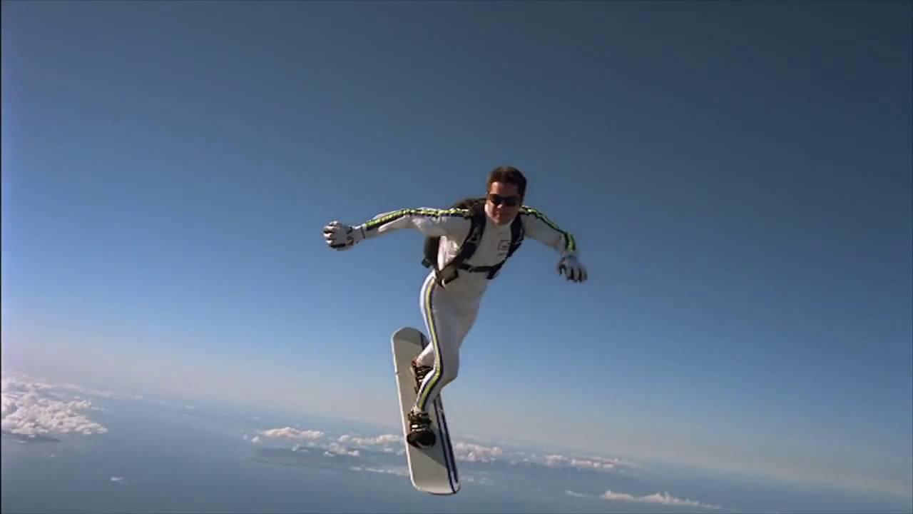 Muž predvádzajúci skysurfing