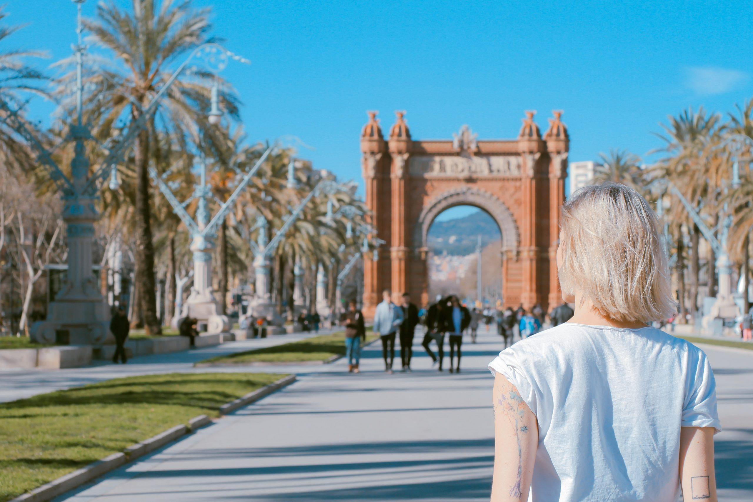 Žena pred Víťazným oblúkom v Barcelone.