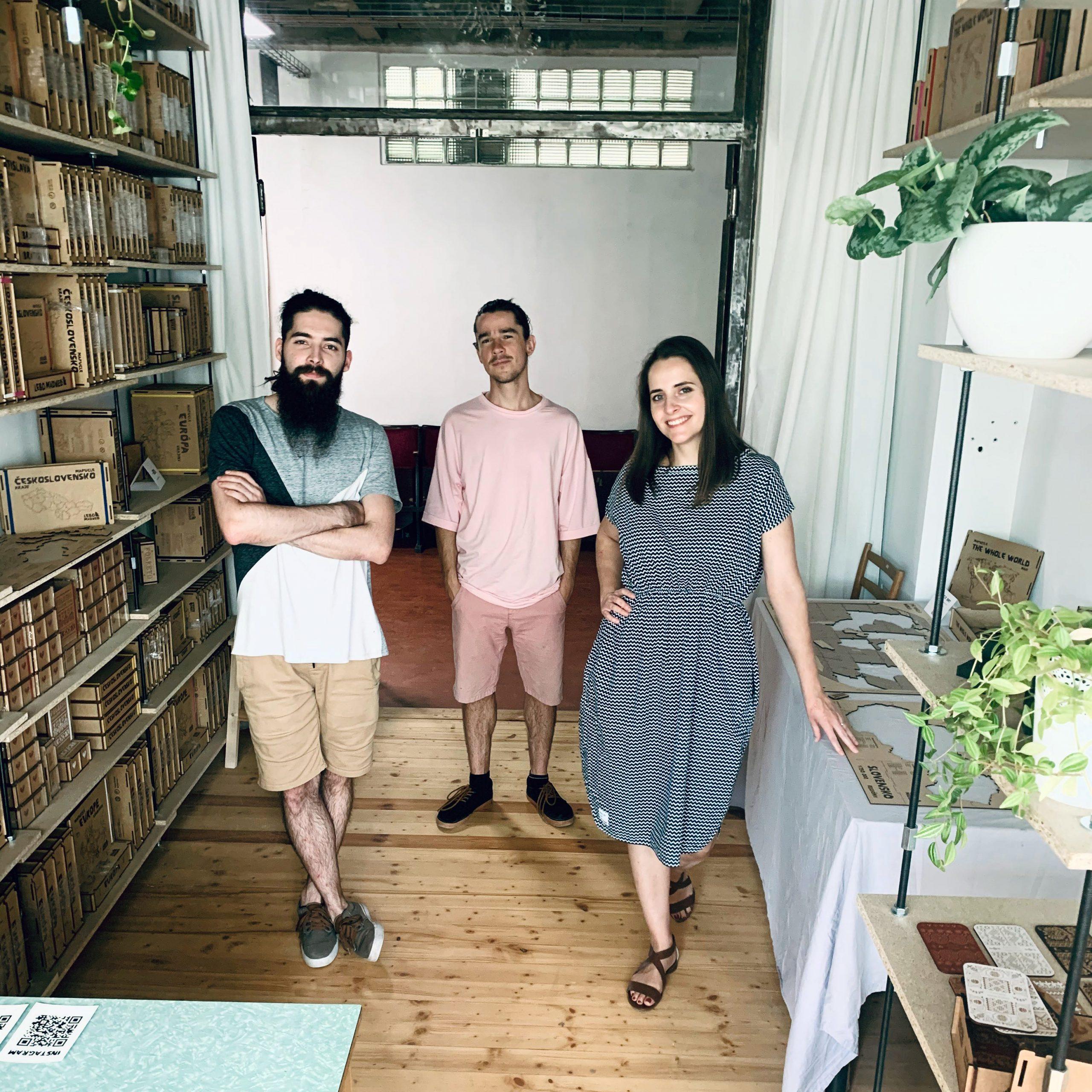 Juraj Horňák, Erika Beňuška a Patrik Olejňák počas otvárania nového ateliéru Lebo Mädveď