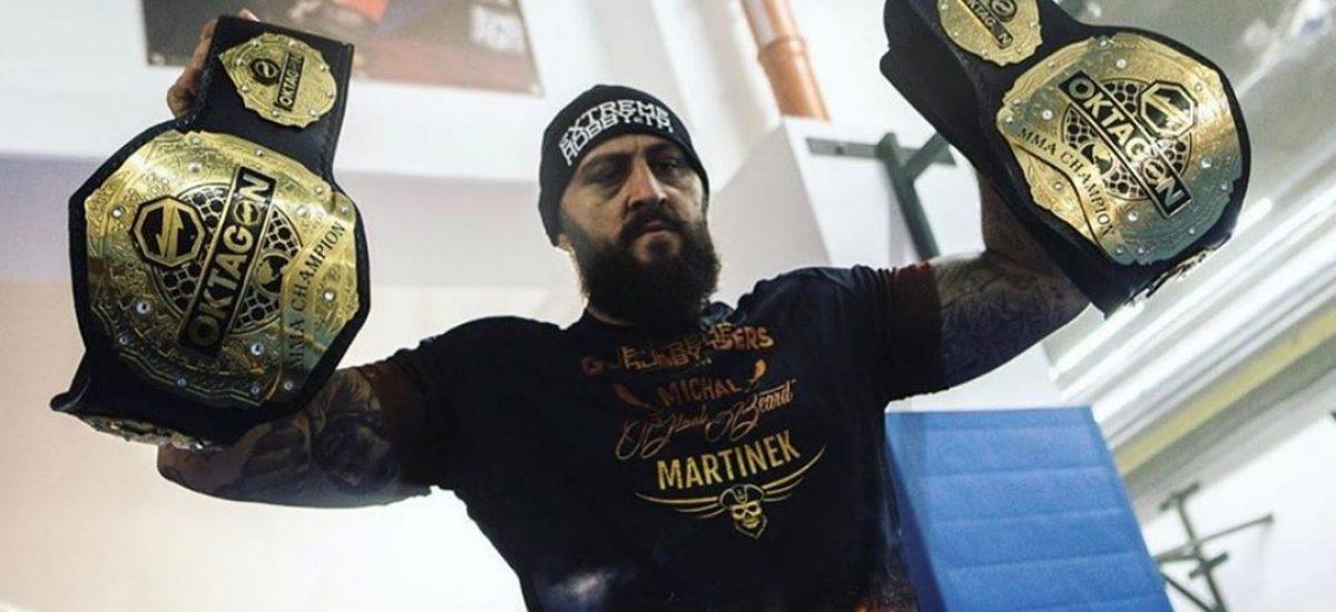 Michal Martínek so svojimi opaskami šampióna Oktagonu