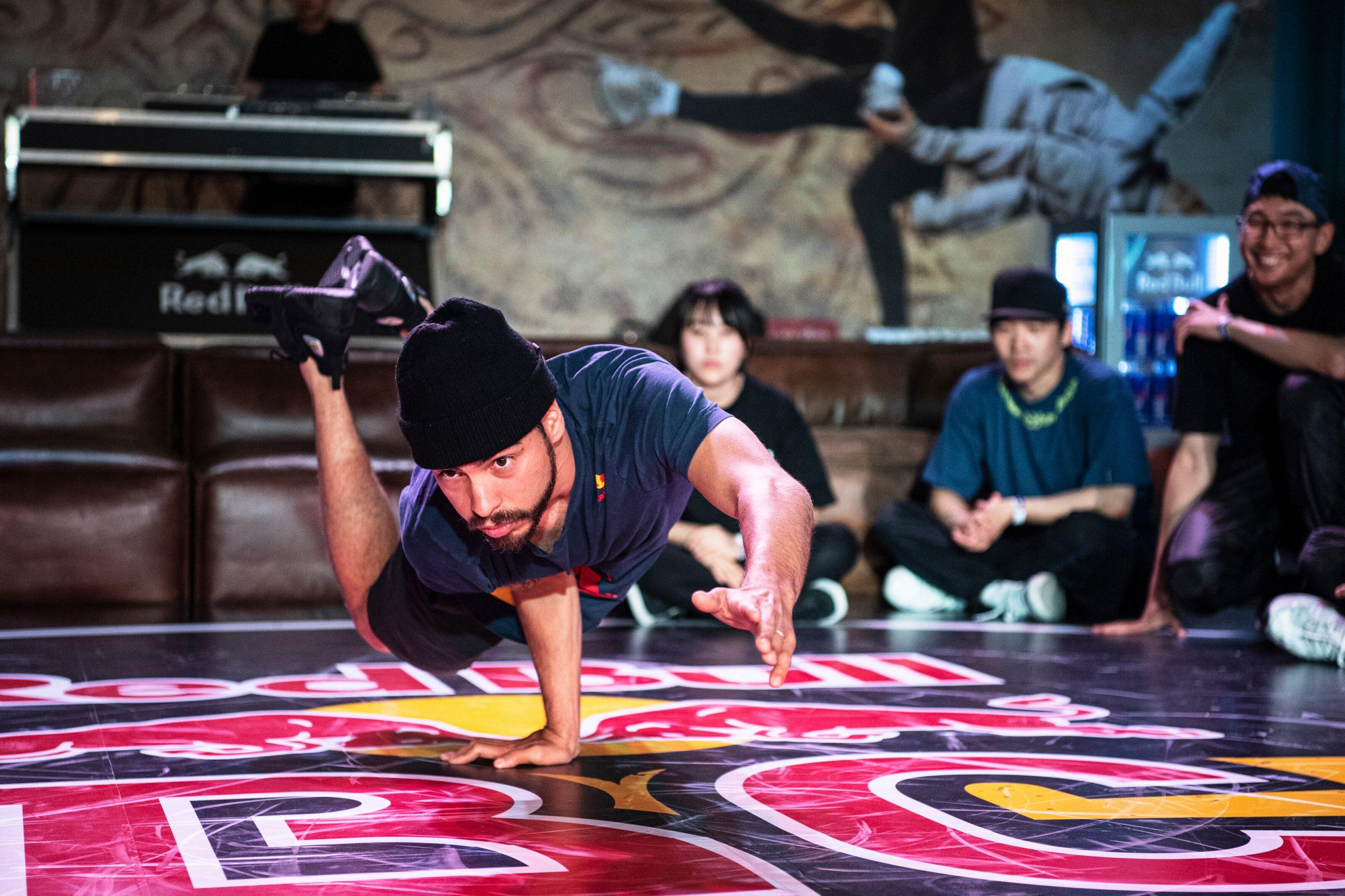B-Boy Lil G predvádza power moves počas súťaže v Južnej Kórei