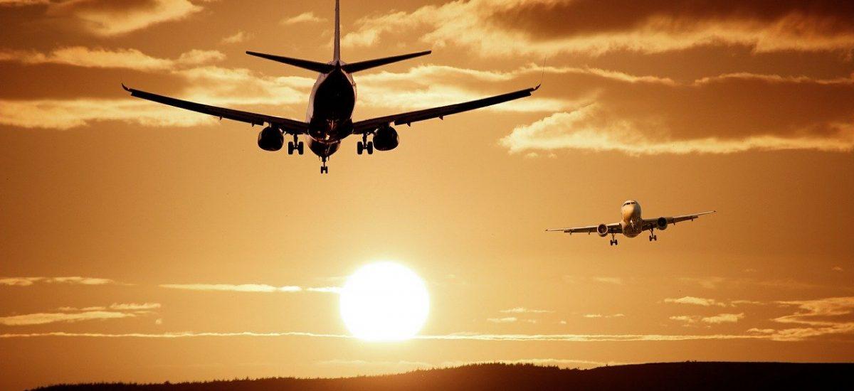 Lietadlá pri západe slnka