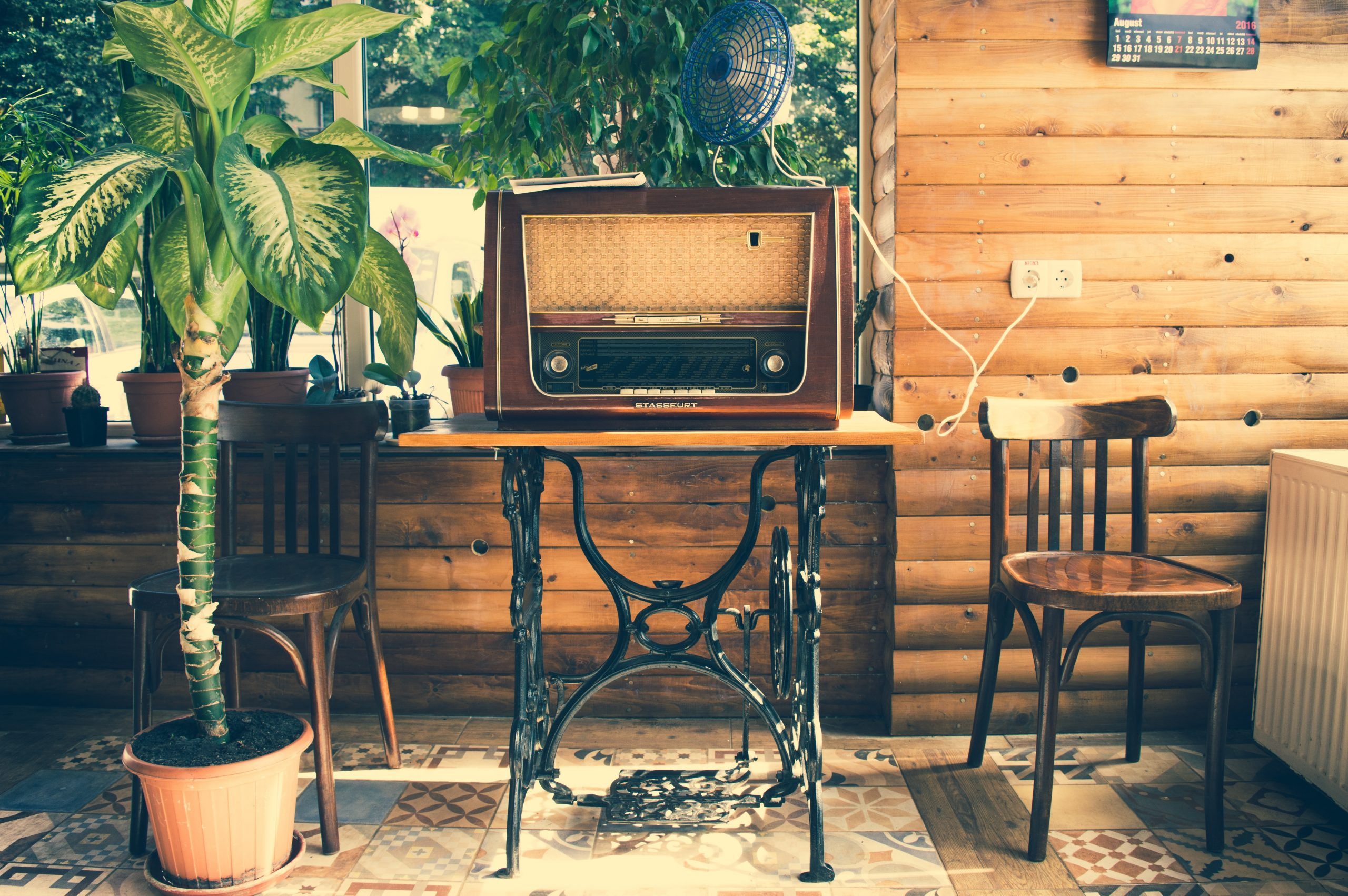 Staré retro rádio na stolíku