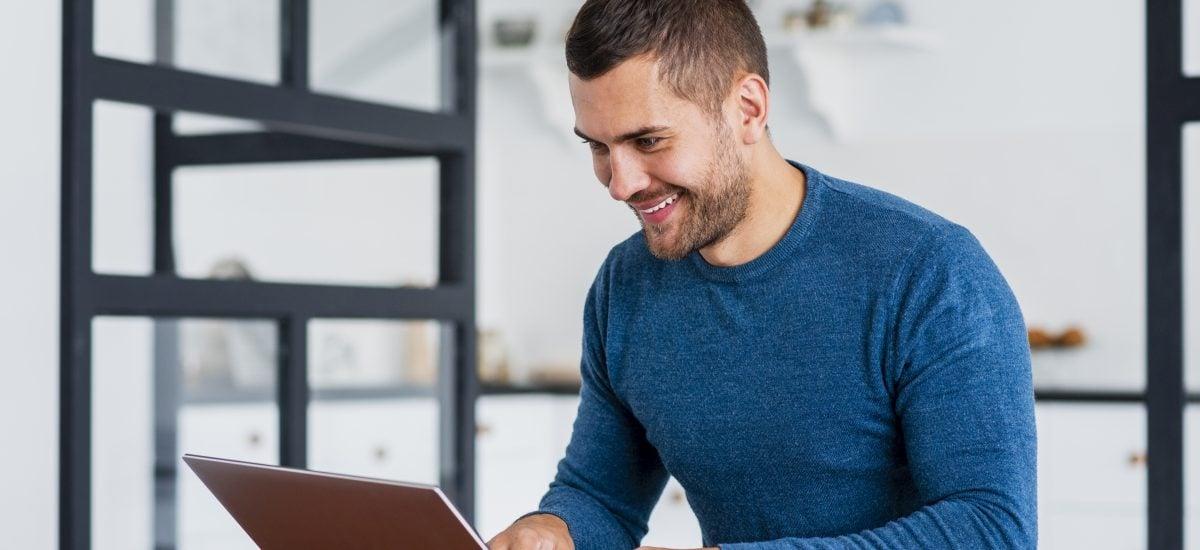 veselý muž za počítačom