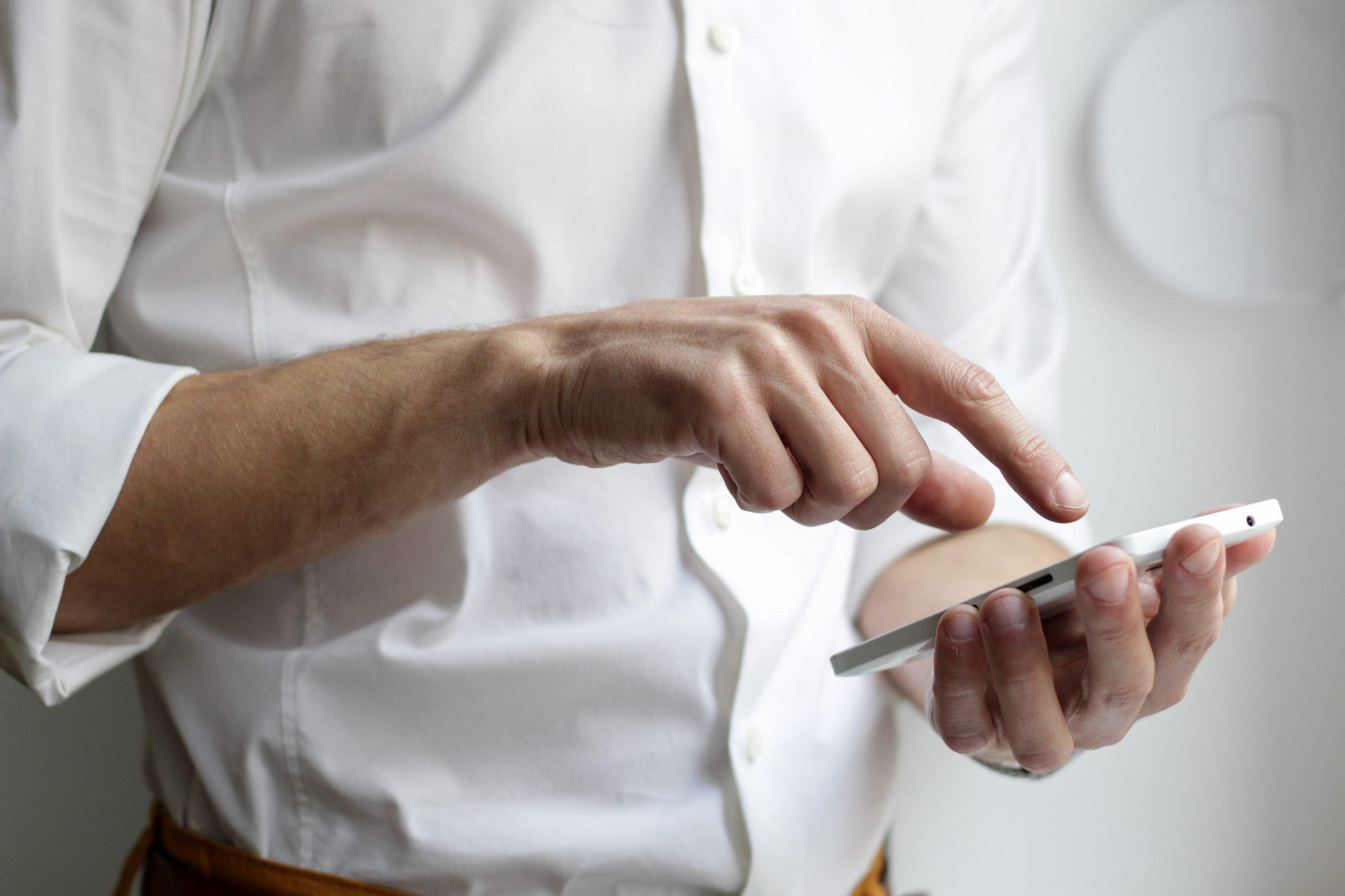 Muž s telefónom v ruke
