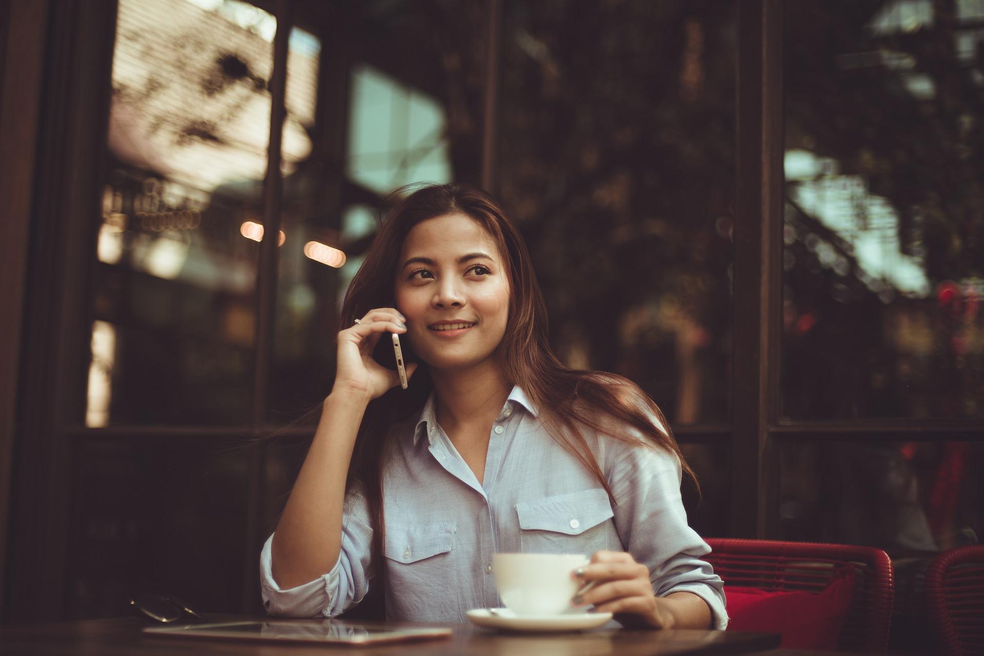 žena s telefónom