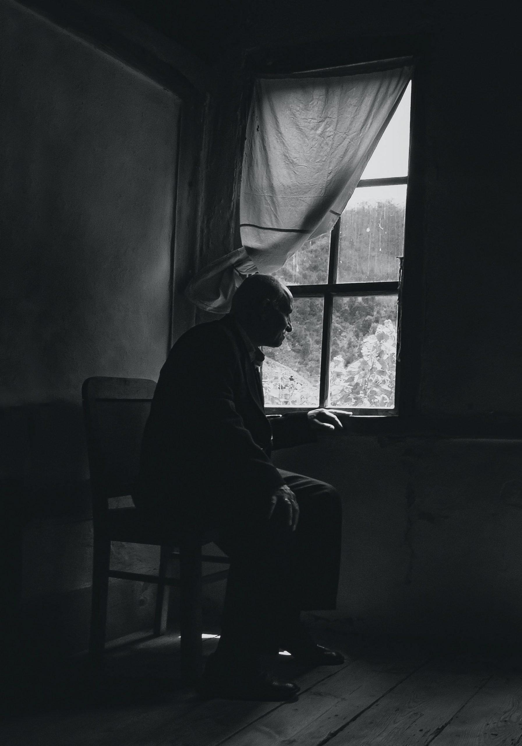 Dôchodca sediaci pri okne