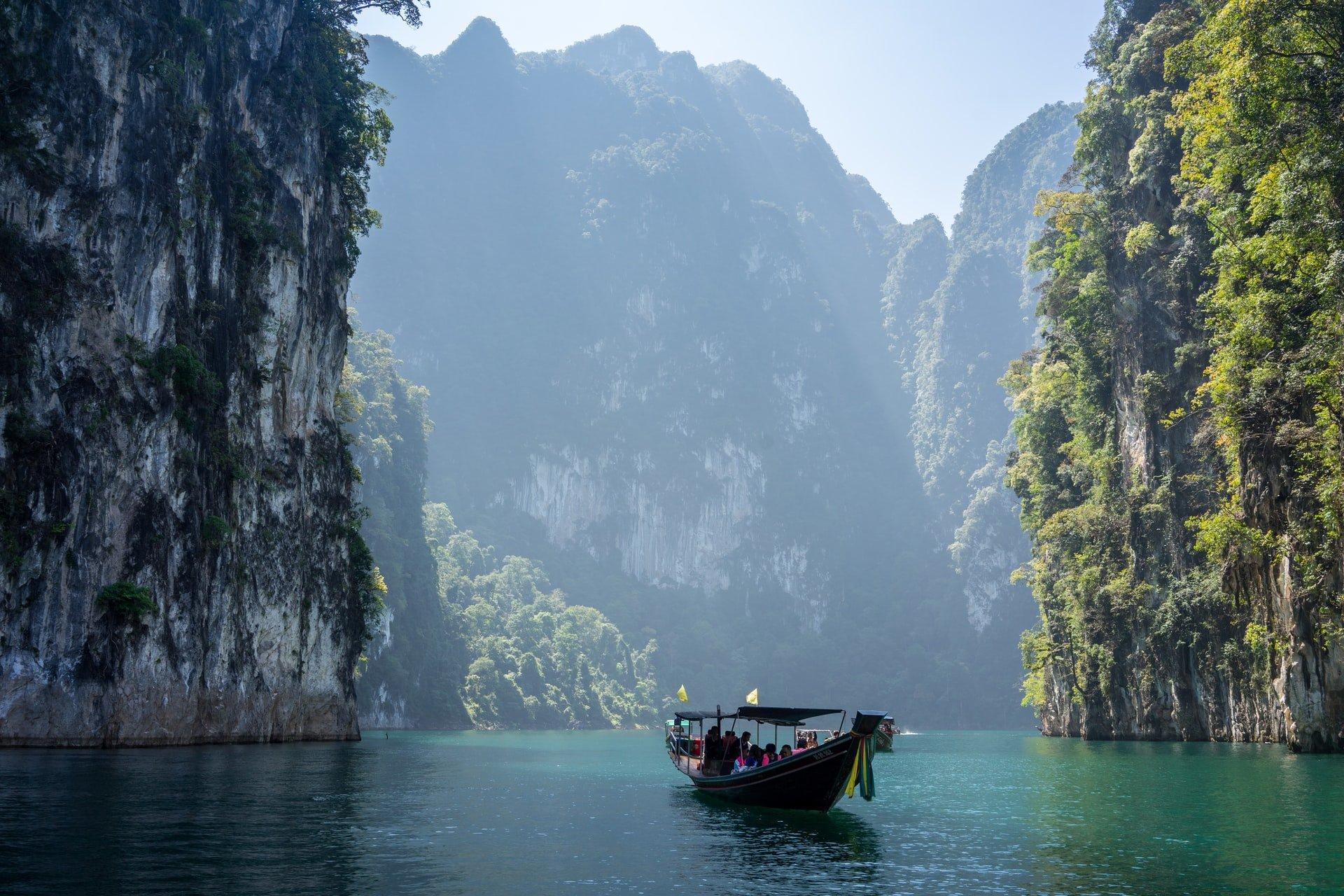 Loď plaviaca sa v Thajsku