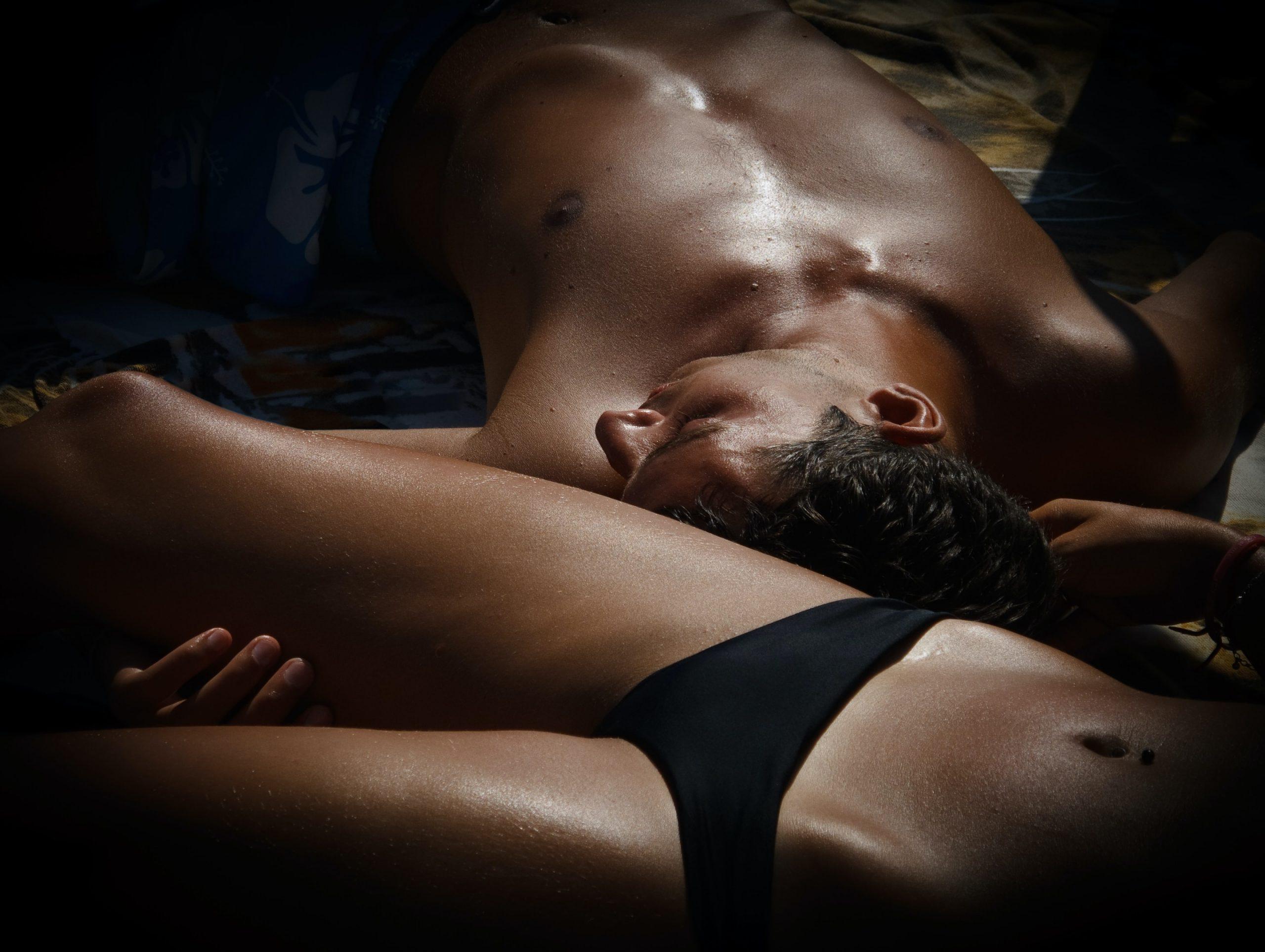 Nahý muž a žena v posteli