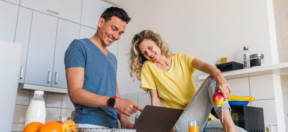 žena a muž v kuchyni pri ppočítači