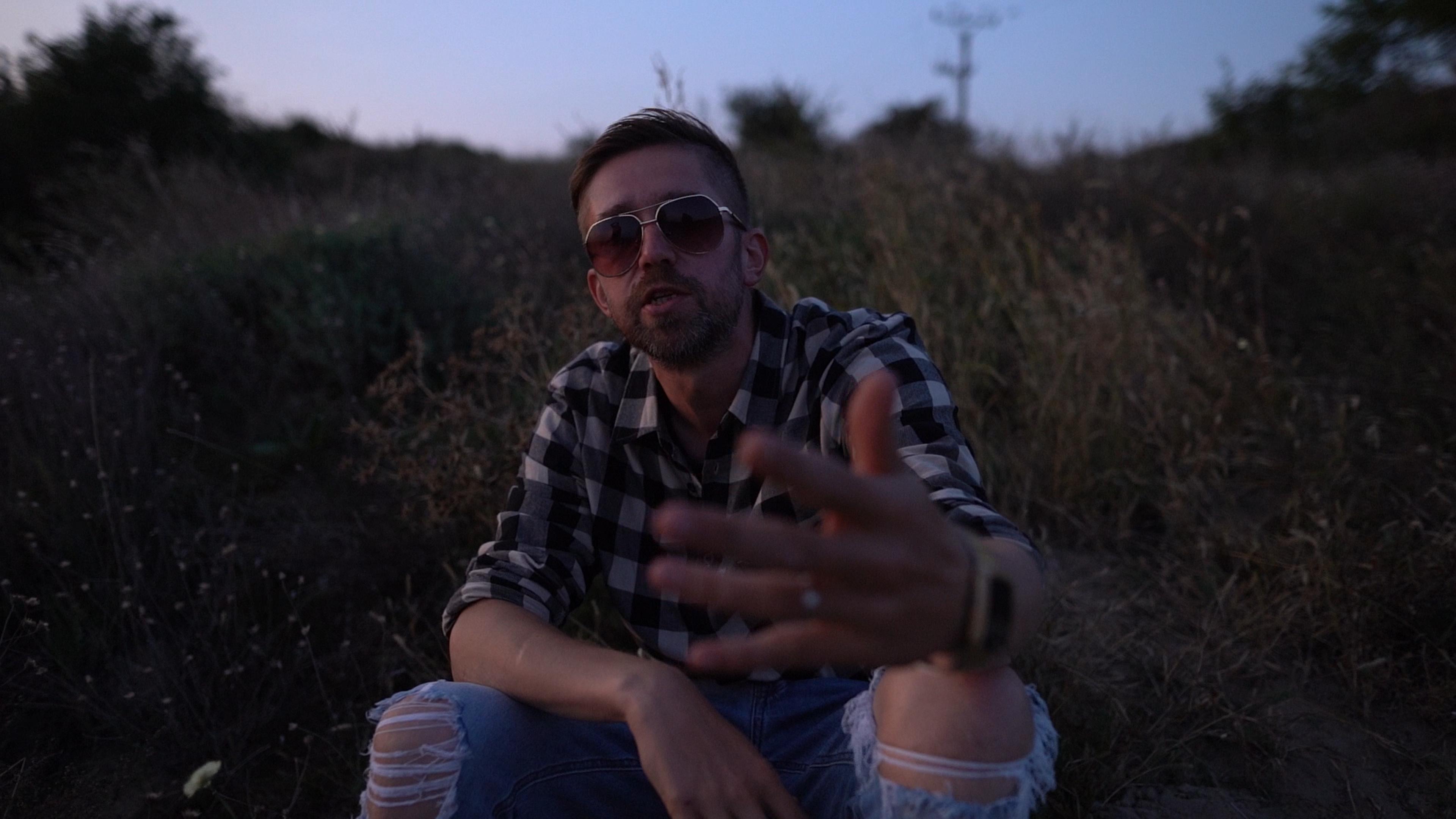 Delik vo videoklipe na skladbu Smejem sa cez slzy