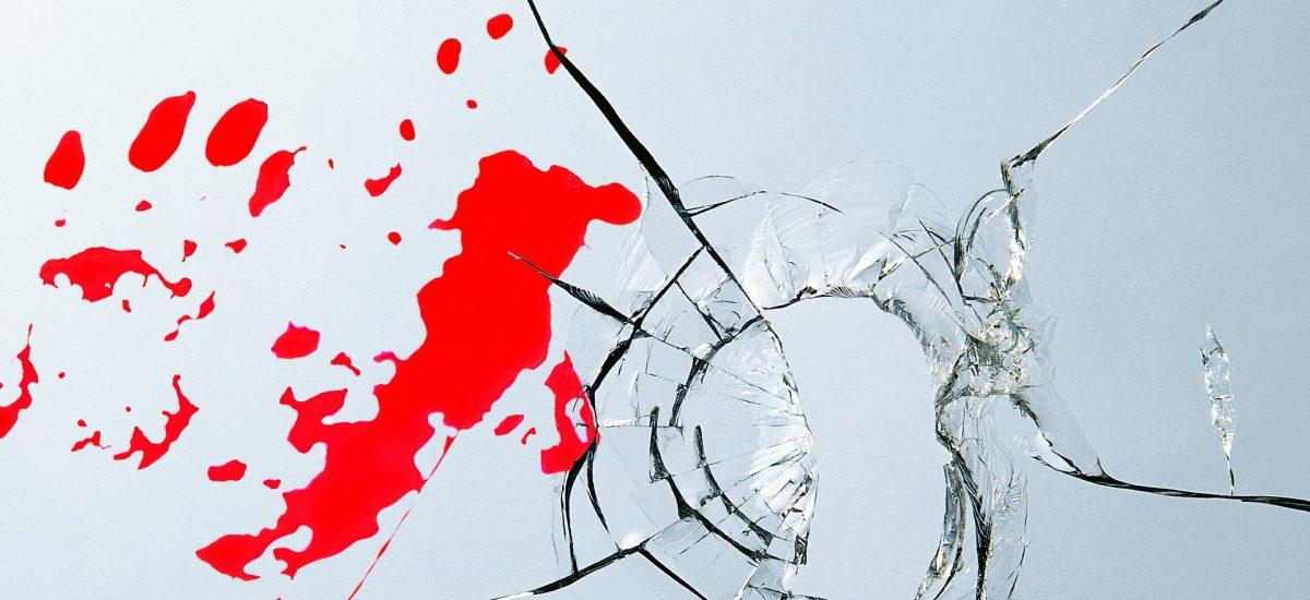 rozbité sklo a krv