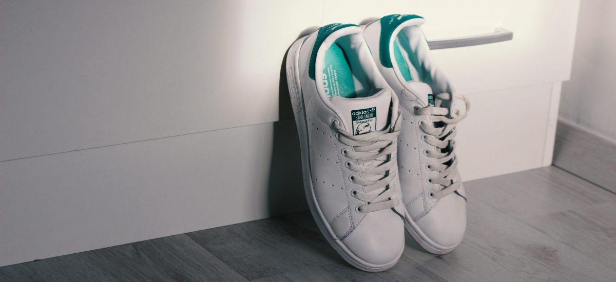 Umelecký záber na biele tenisky značky Adidas