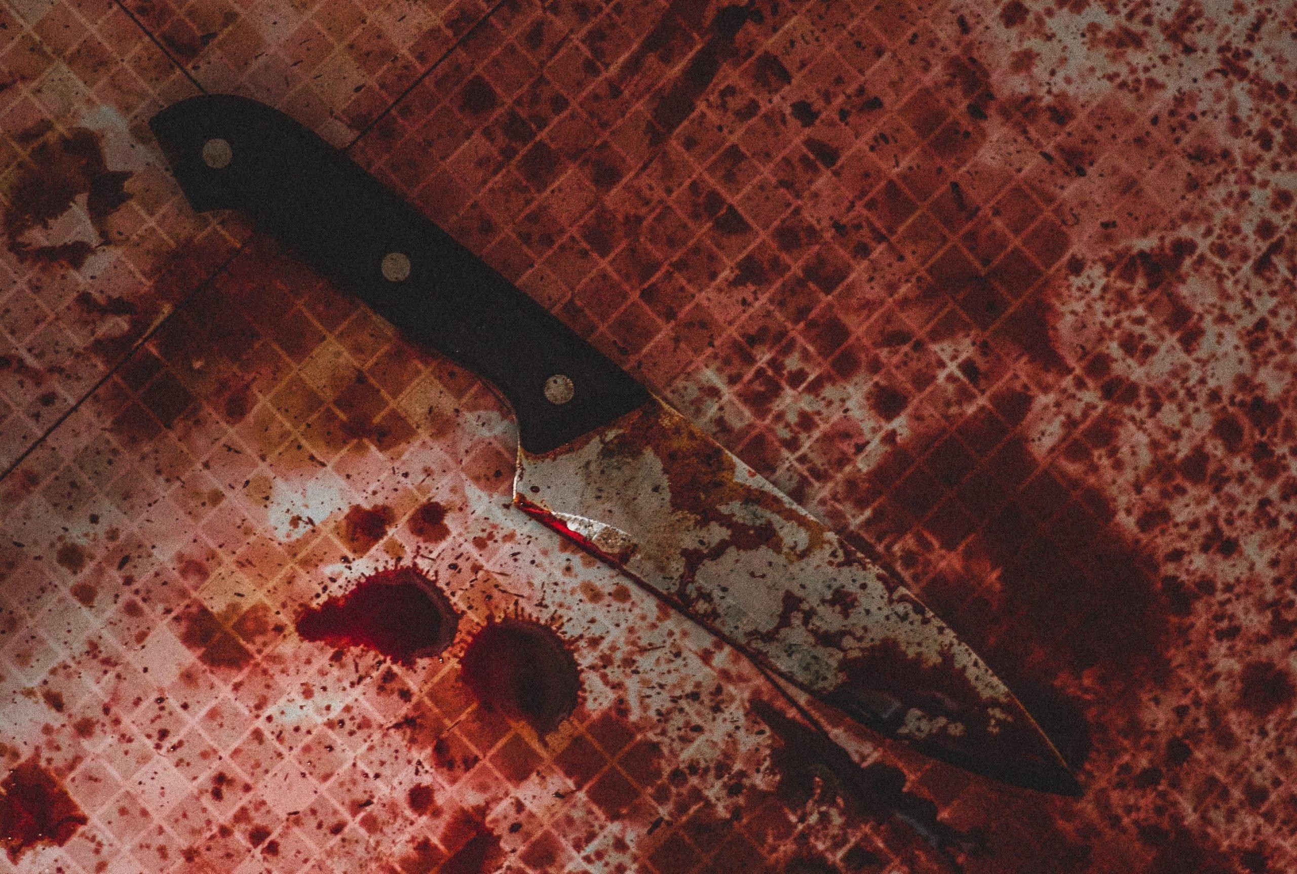 nôž v kaluži krvi
