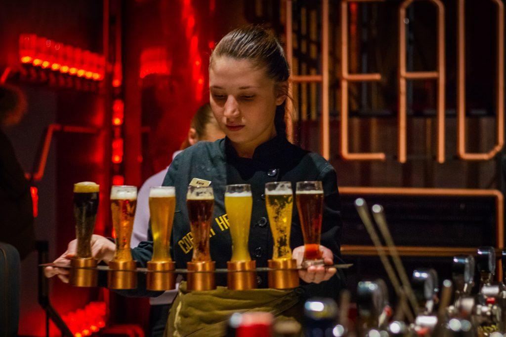 barmanka za barom