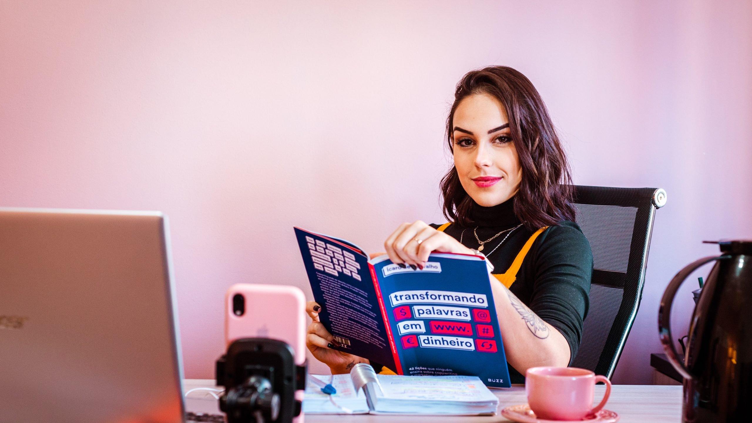žena si číta časopis