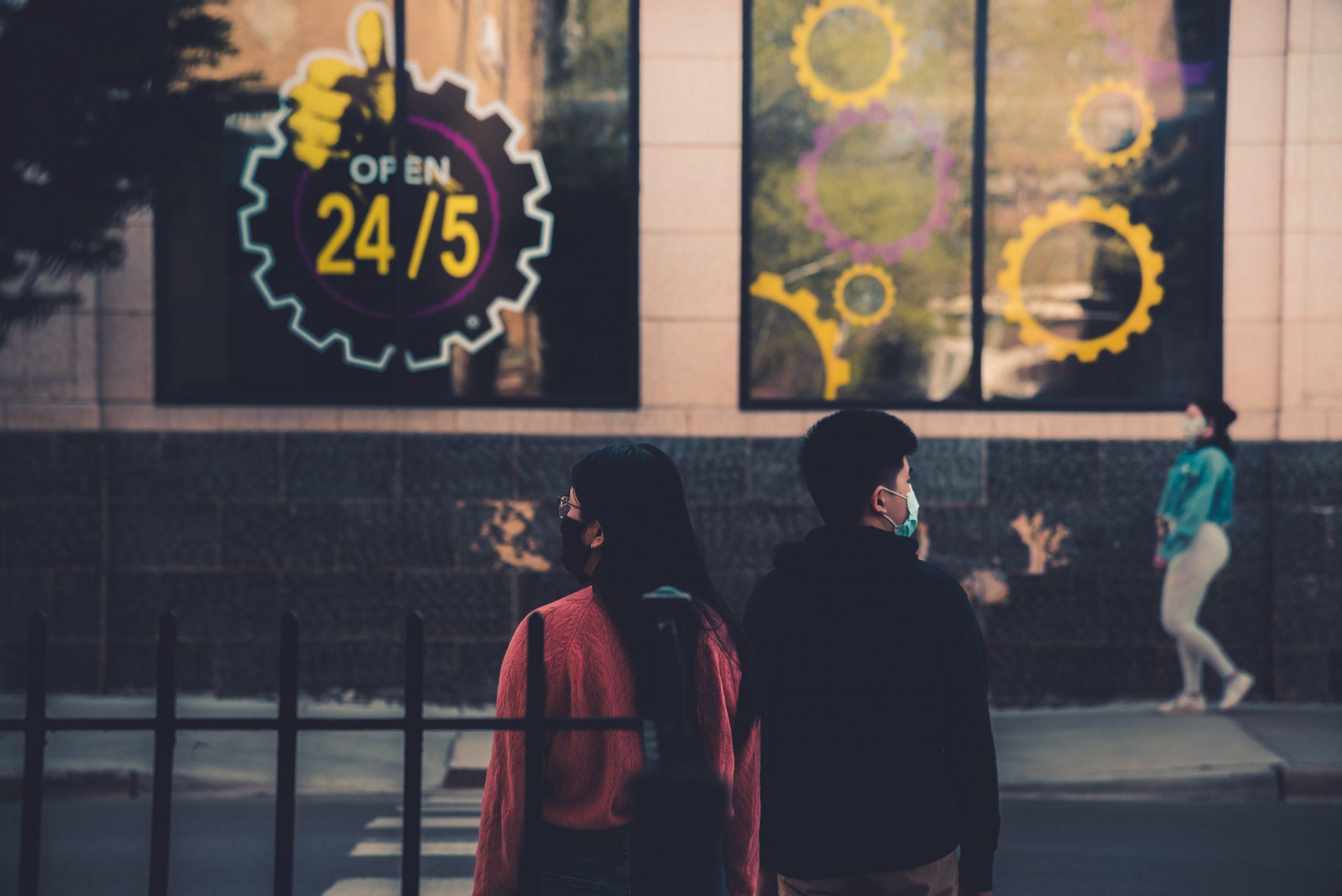 dvaja ľudia na ulici v rúškach