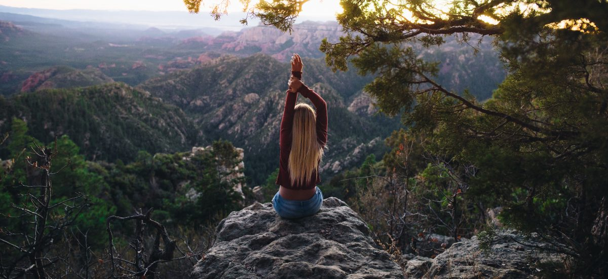 žena na vrchole hory