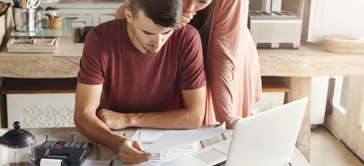 muž a žena nad počítačom
