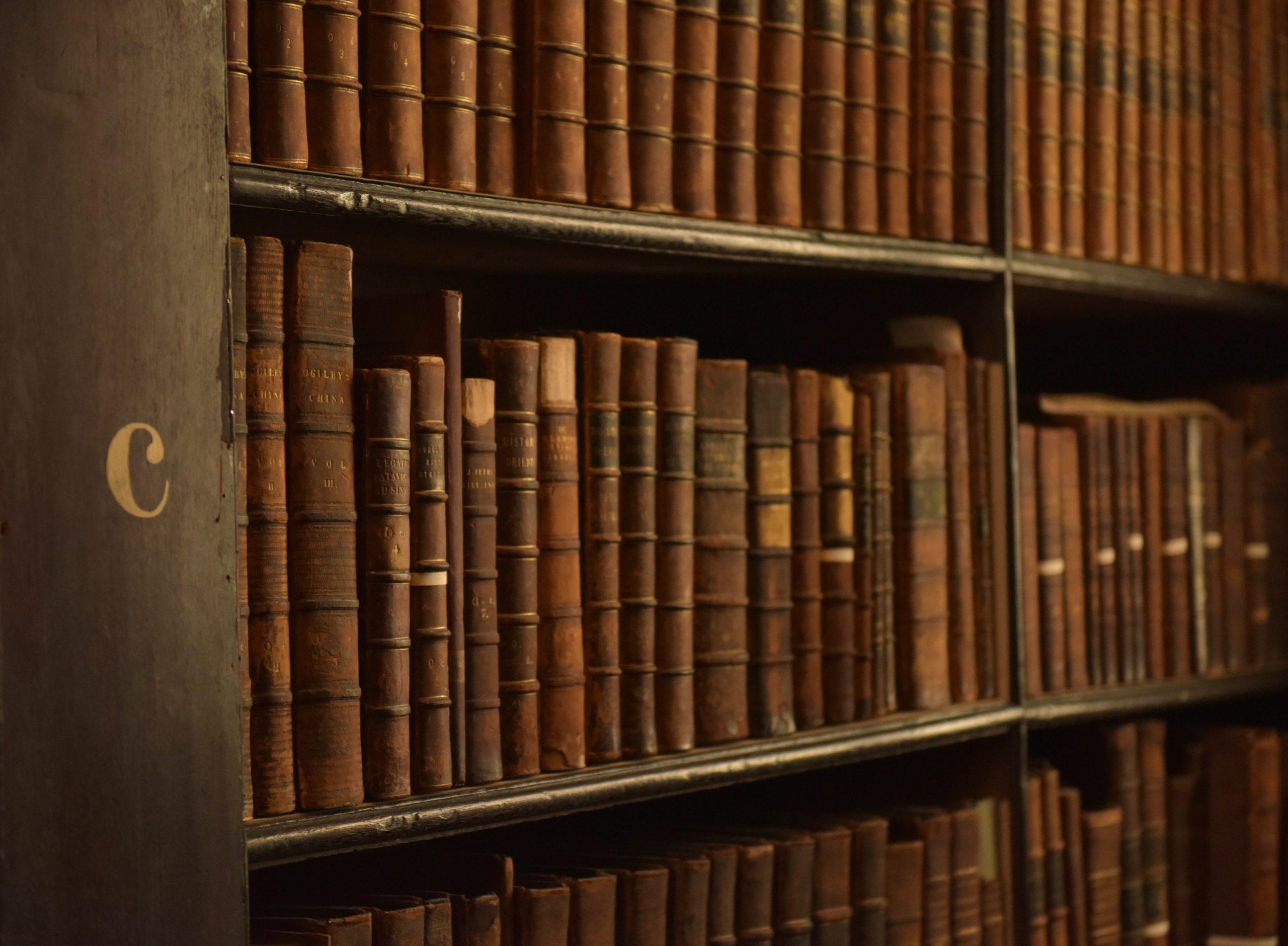 Staré knihy v knižnici