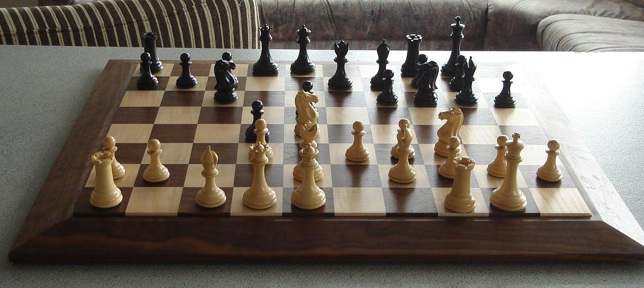 Capablanca Chess má niekoľko nových figúrok a úplne odlišné usporiadanie políčok