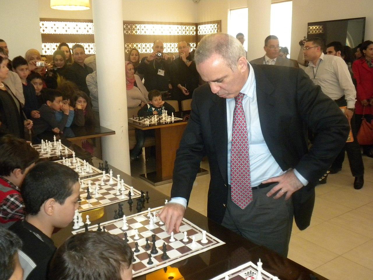 Garry Kasparov pri hraní šachu s mladými talentami