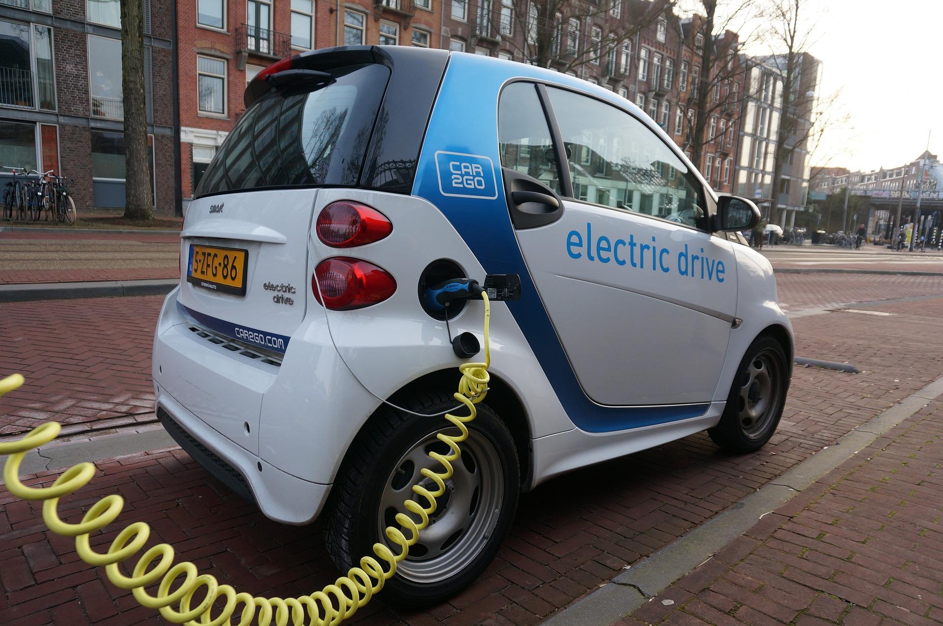 Nabíjanie elektromobilu v Amsterdame
