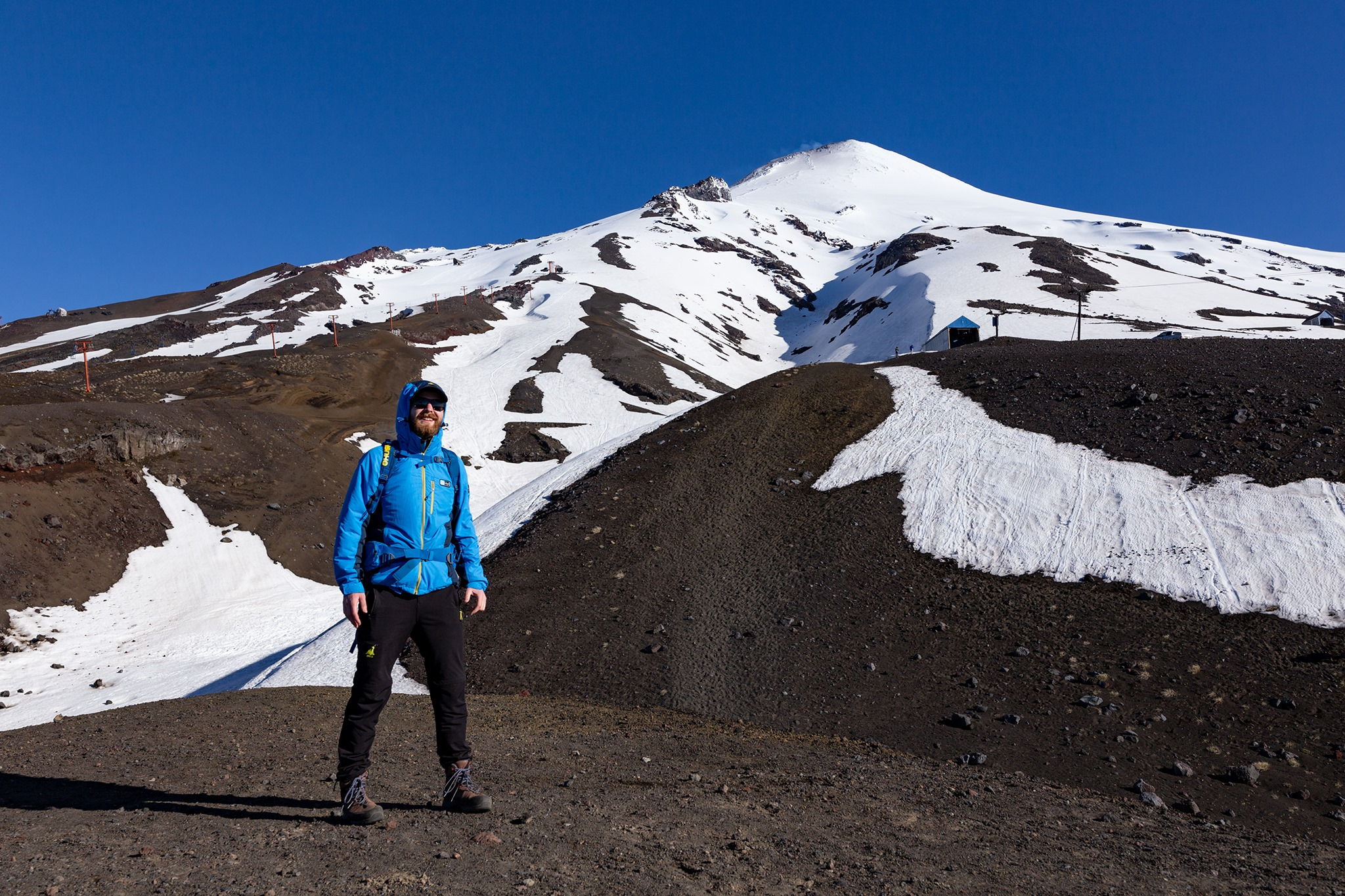 Tomáš Slovinský pod vrcholom sopky Villarrica