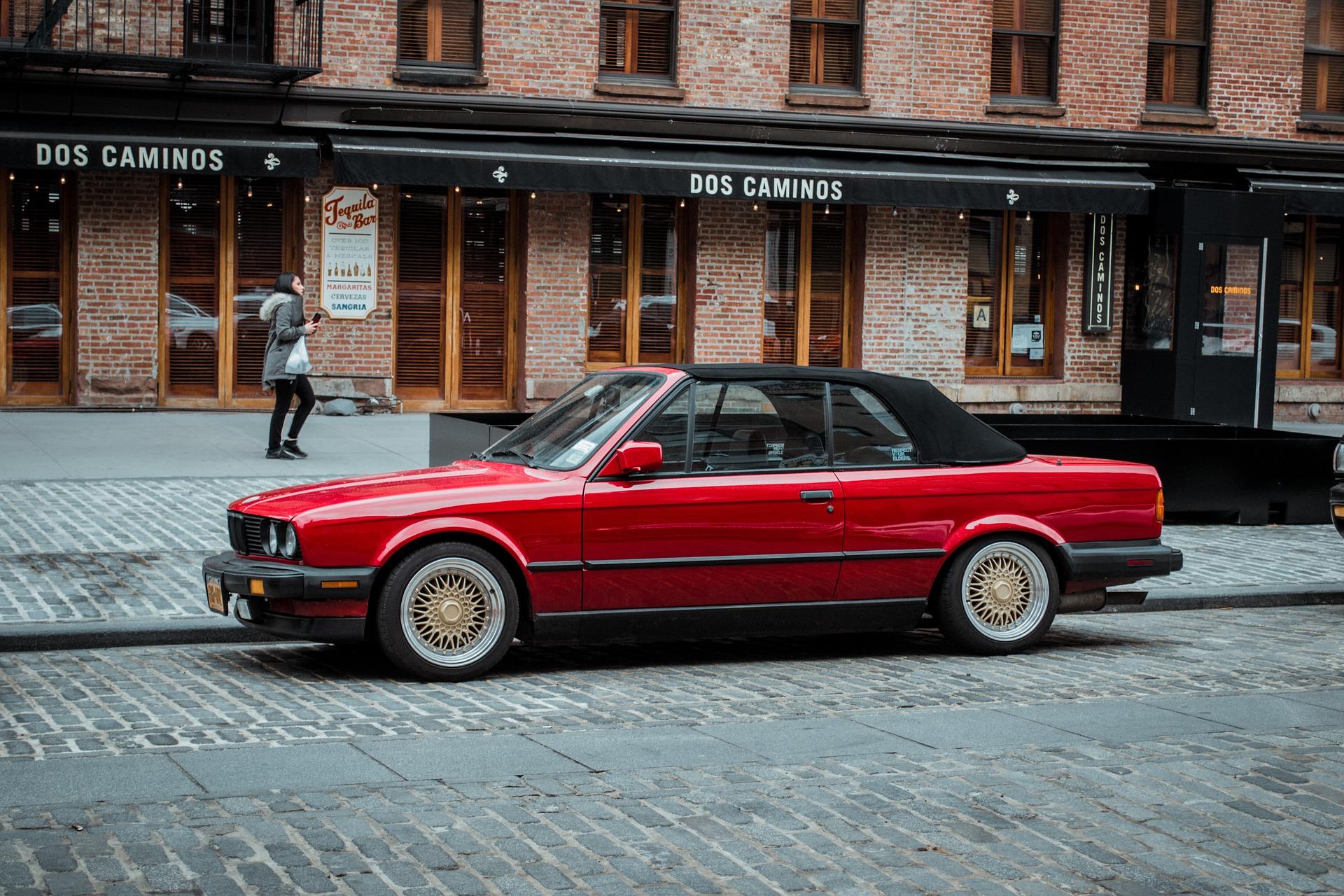 červené auto zaparkované na ulici