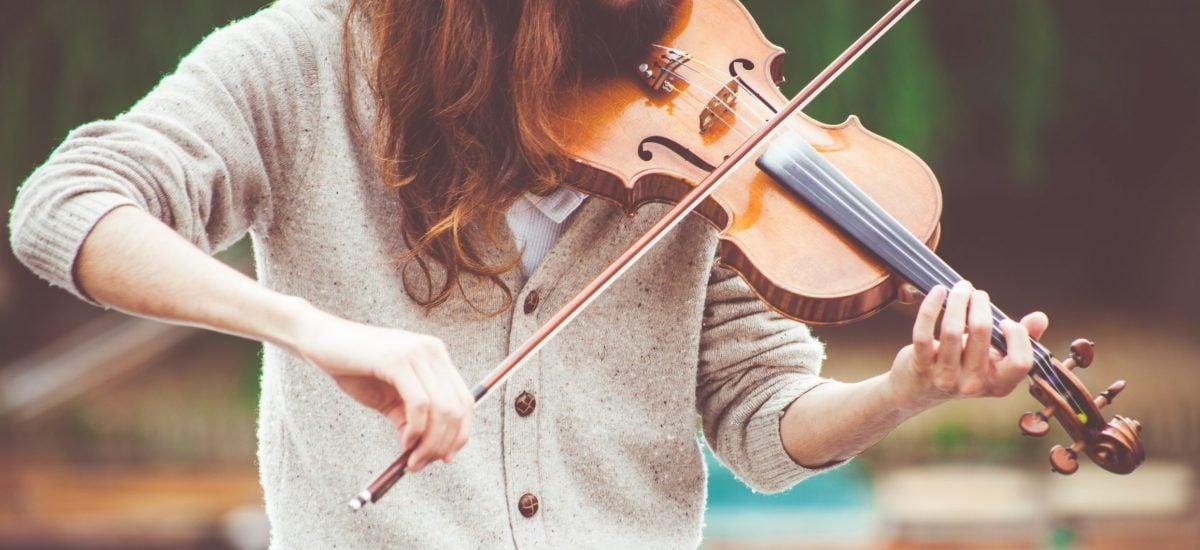 žena hrá na husle