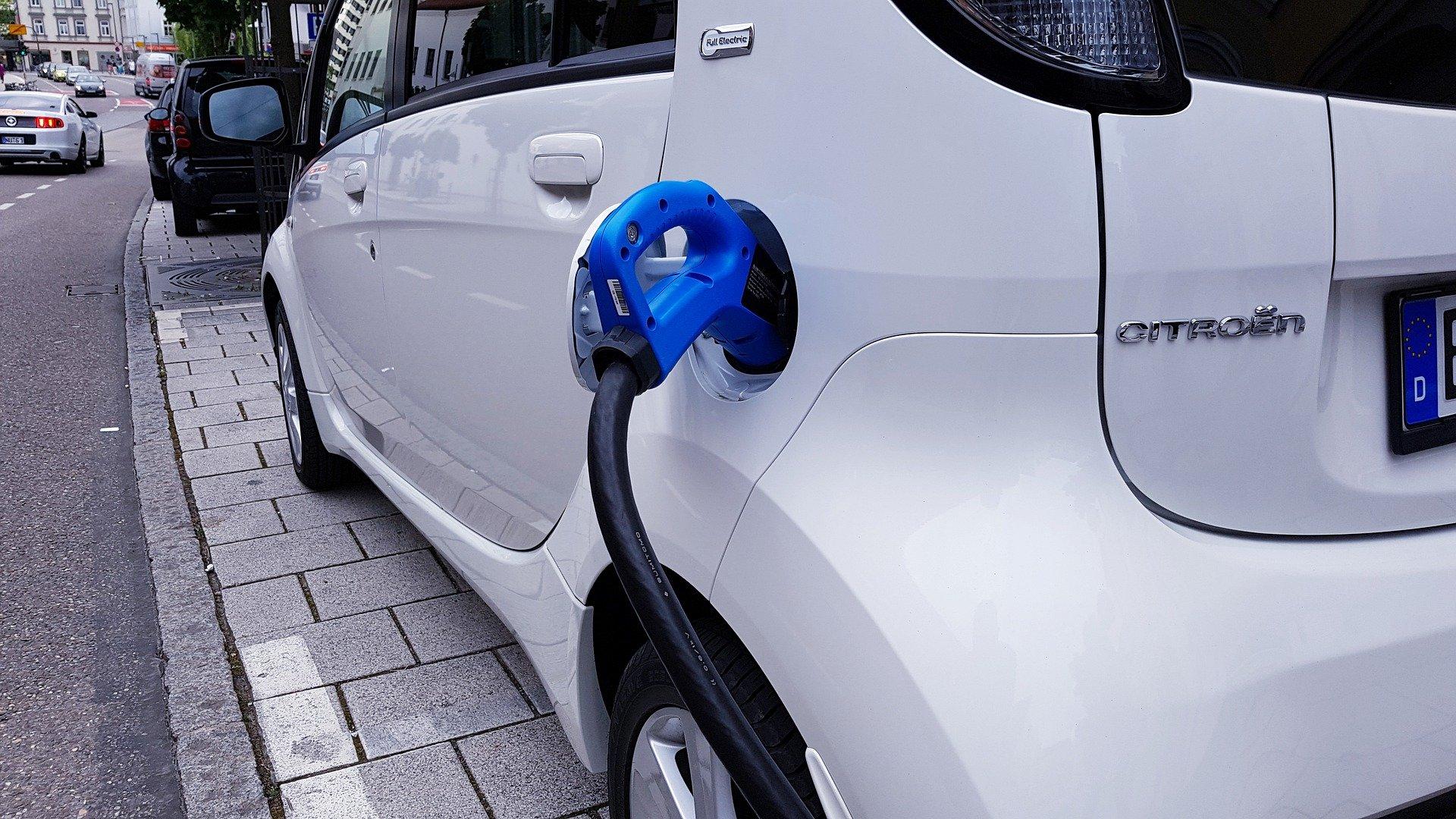detail na nabíjanie bieleho elektromobilu