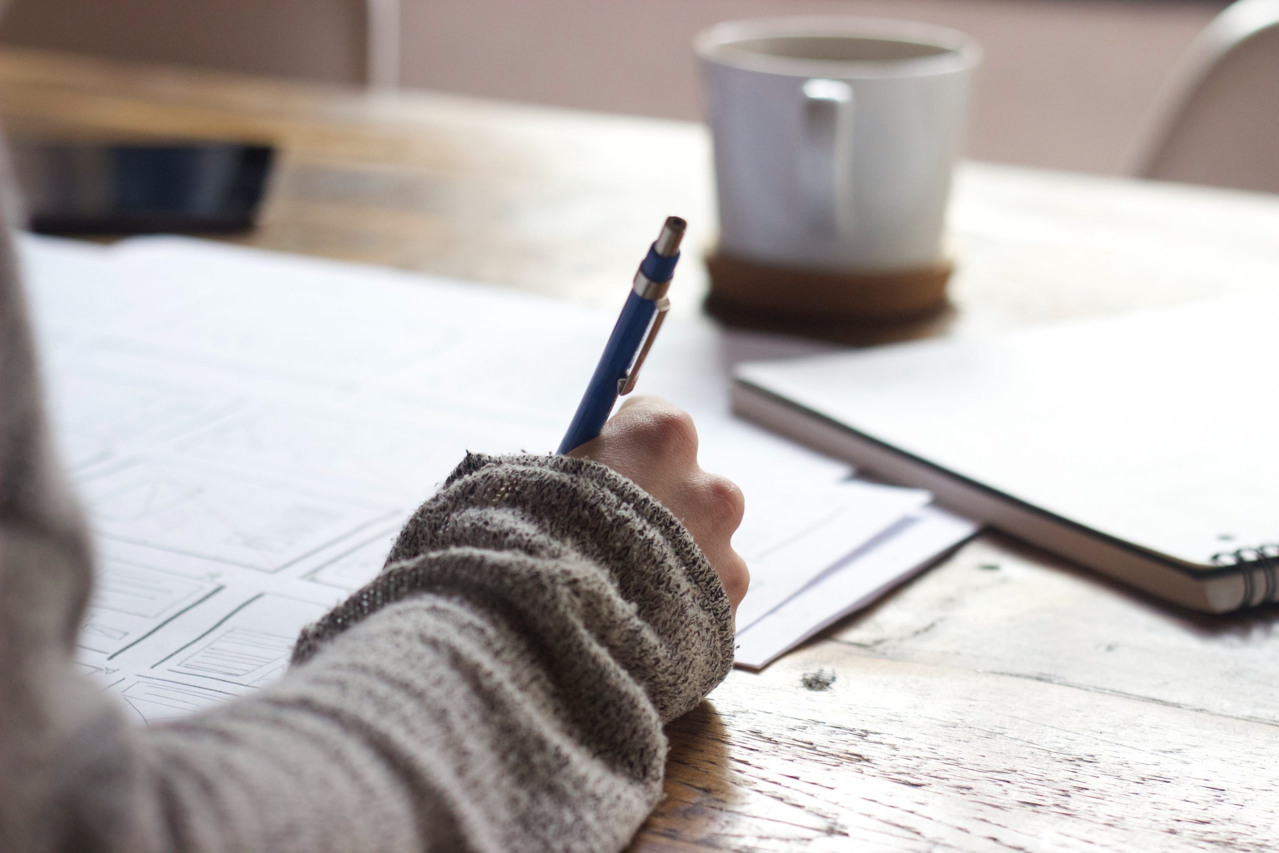 žena si píše na papier poznámky