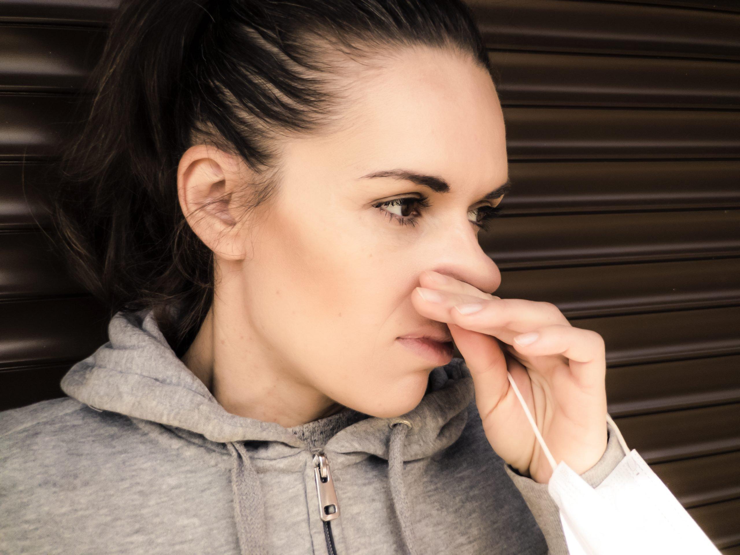 Žena si škrabe nos