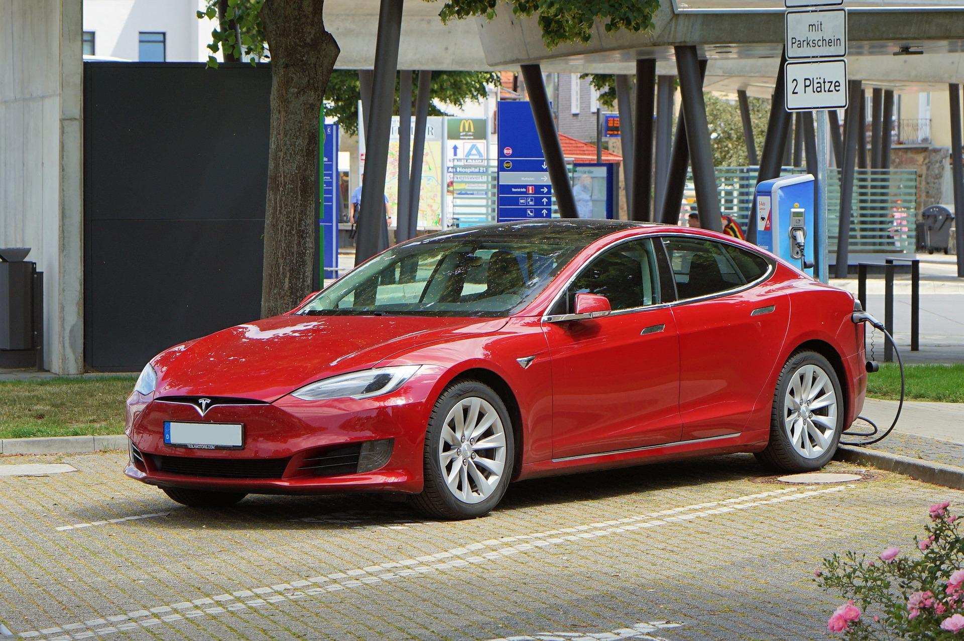 nabíjanie červeného auta Tesla