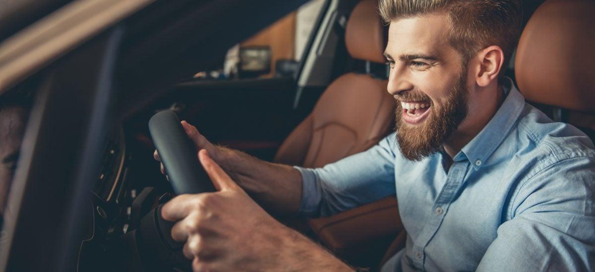 Muž za volantom