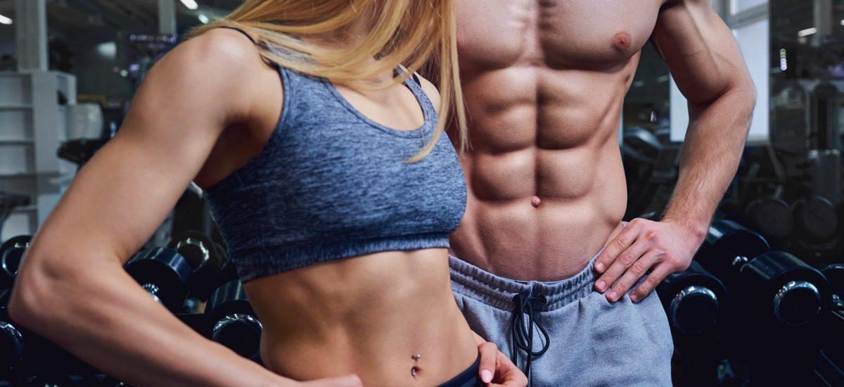 Muž a žena s vyrysovanými svalmi.