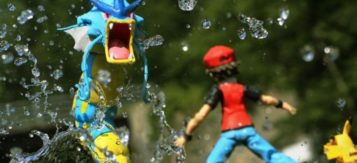 Pomocou hračiek dokáže vytvoriť akčnú scénu