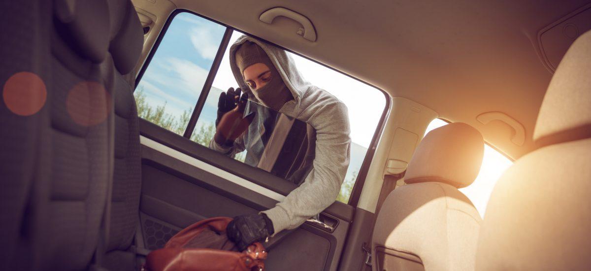 zlodej vykráda auto