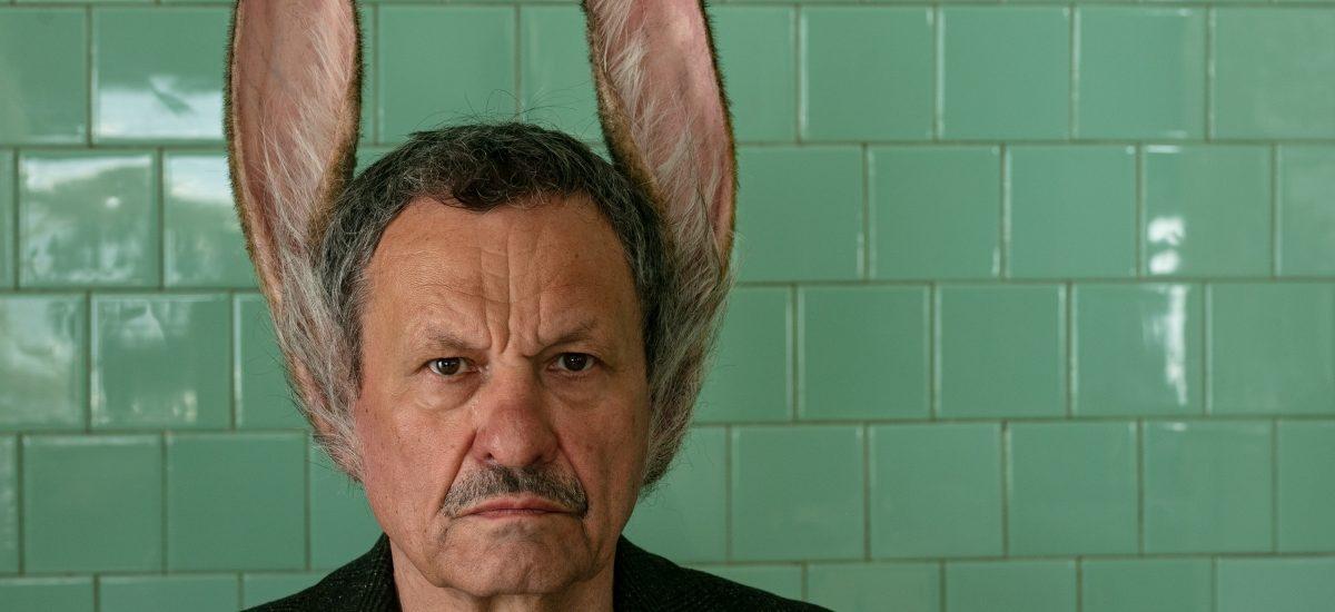 Muž so zajačími ušami.