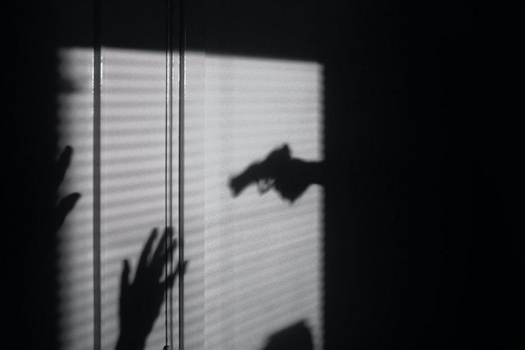 tieň zbrane krimi prípady