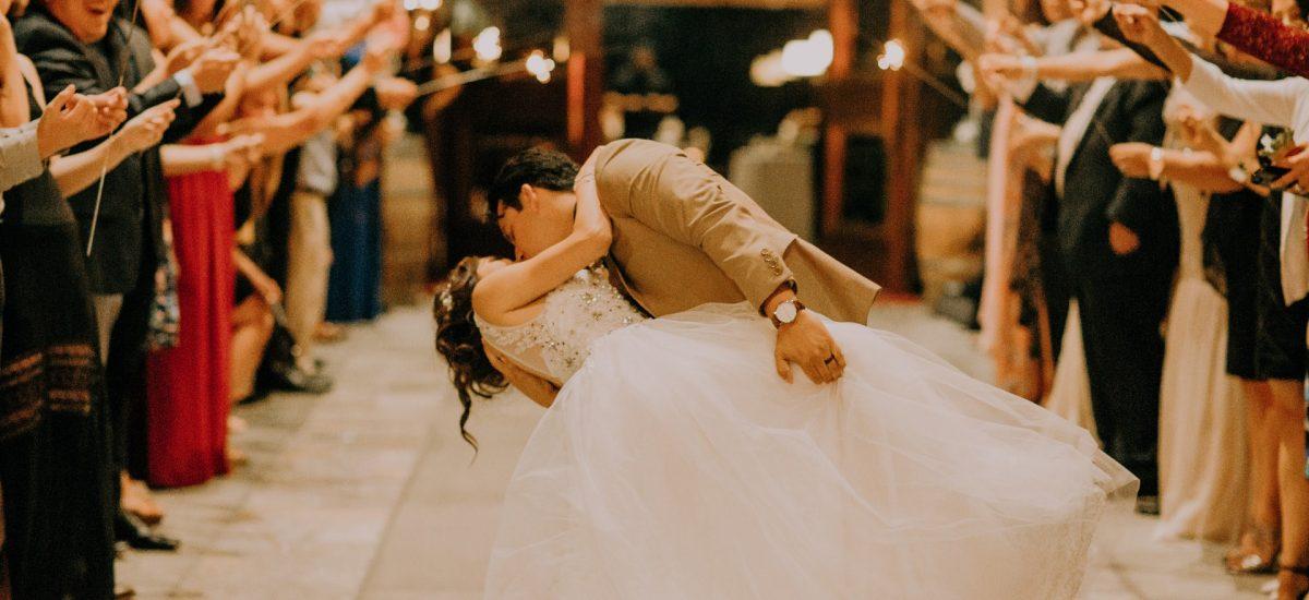 Nový prieskum o manželstve ti prezradí, ako muži kupujú svadobný prsteň
