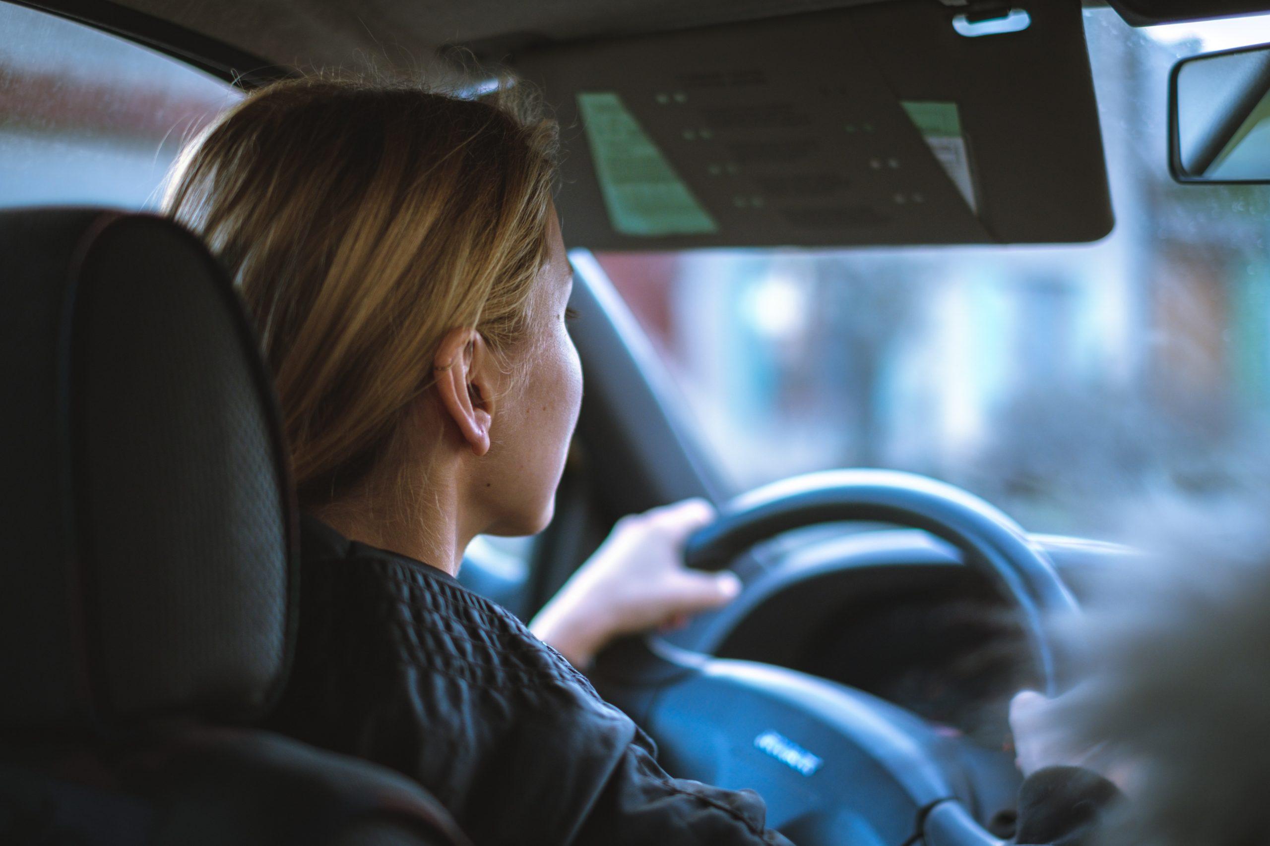 Žena šoféruje auto